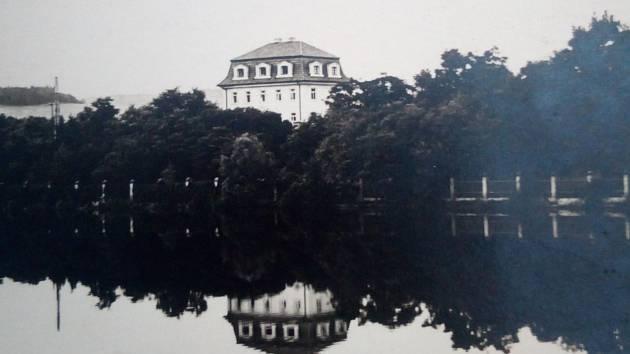 Bartošova vila v Dobříši byla zřejmě postavena v místech mnohem starší stavby, která je zakreslena na katastrální mapě z roku 1839 a obýval ji Johan Kamenický.