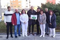 Vznik nové odpočinkové zóny v příbramské nemocnici podpořili finančně fotbalisté z 1. FK Příbram.