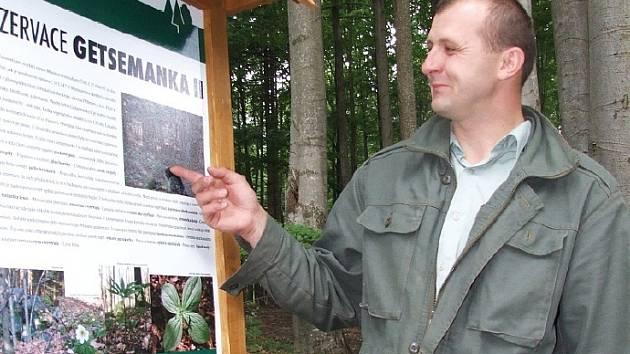 Vedoucí lesní správy Josef Hrdina Deníku ukázal nové tabule, které jsou u všech přírodních rezervací a přírodních památek.