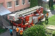 Zásah hasičů při poruše vodovodního řadu v uzamčeném bytě ve třetím patře na sídlišti v Rožmitále pod Třemšínem.
