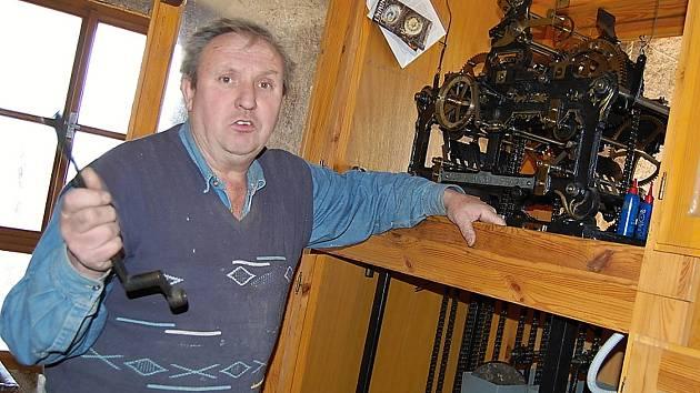 Ladislav Leksa pečuje o hodiny v kostele sv. Josefa v Obořišti.