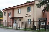 TURISTICKÁ ubytovna má certifikaci Cyklisté vítáni a Klubu českých turistů, ale slouží především dělníkům stavebních firem.