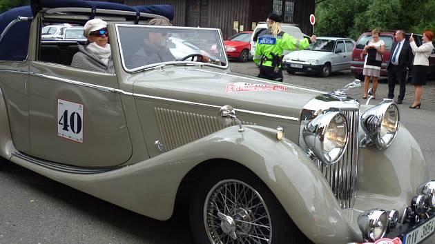 Sedmnáctý ročník Retro Prague Historic Rally vedl letos i přes města a obce benešovského a příbramského okresu.