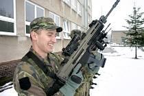 Nová česká útočná puška CZ 805 BREN je již ve výzbroji příslušníků 13. dělostřelecké brigády.