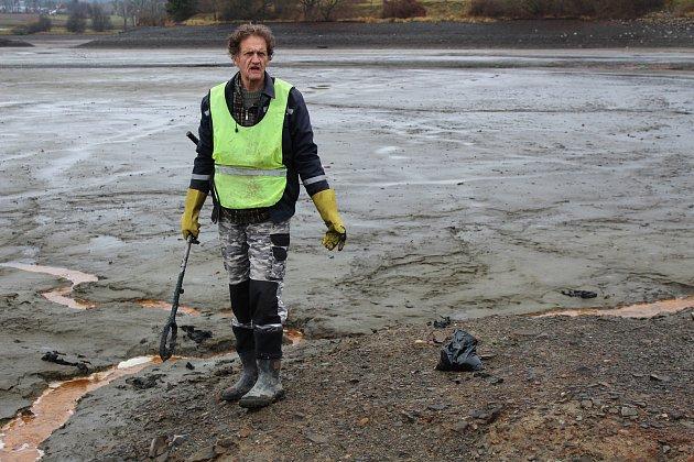 Odběry směsných vzorků bahna z rybníku na testy proběhly v pátek 3. října a na výsledky se čeká.