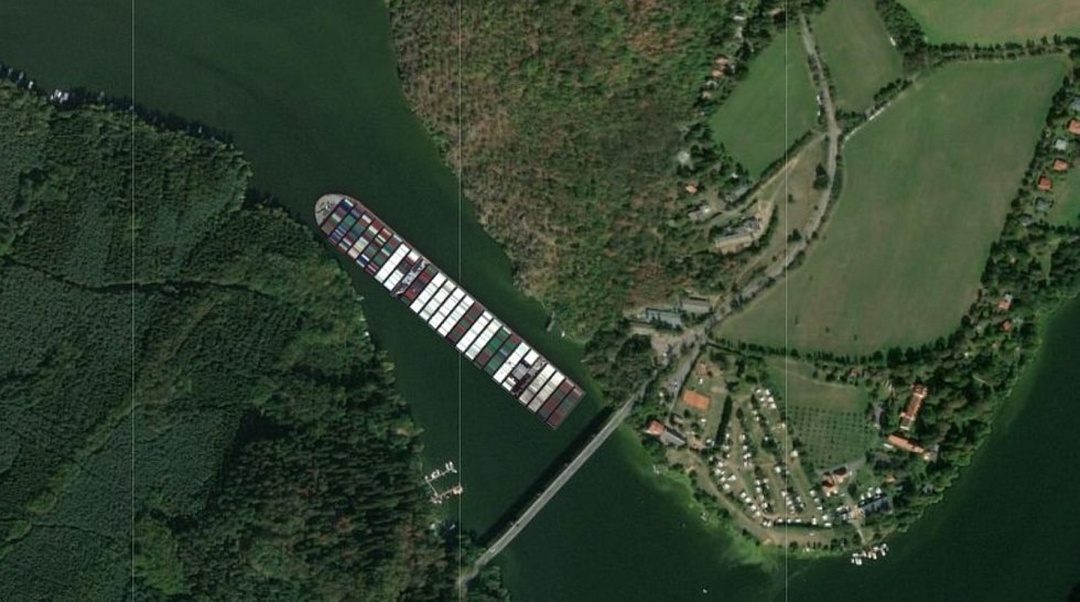 Loď Ever Given na Slapech u Cholínského mostu.