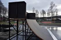 Stavba skateparku začala takzvaně přímo na zelené louce v katastru starého Rožmitálu u multifunkčního hřiště v blízkosti sportovního areálu házenkářského hřiště.