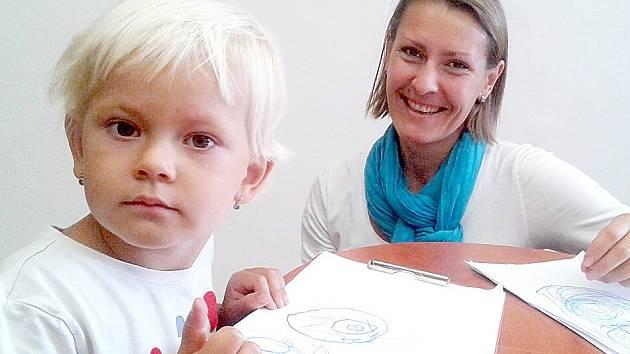 Žaneta Doležalová, učitelka angličtiny v dvojjazyčné první třídě v základní škole v ulici Bratří Čapků v Příbrami a její dcerka Andrejka.
