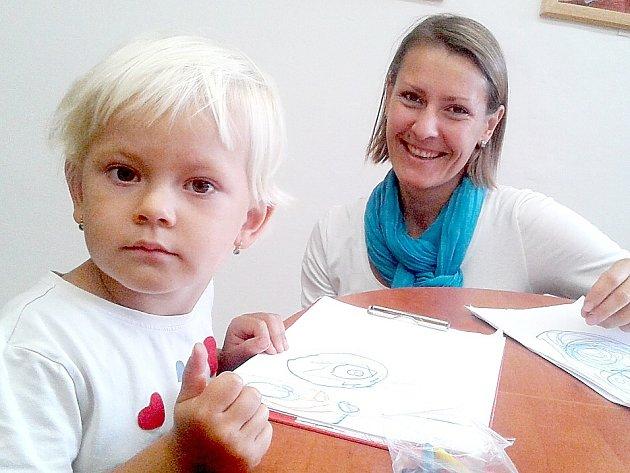 Žaneta Doležalová, učitelka angličtiny vdvojjazyčné první třídě vzákladní škole vulici Bratří Čapků vPříbrami a její dcerka Andrejka.