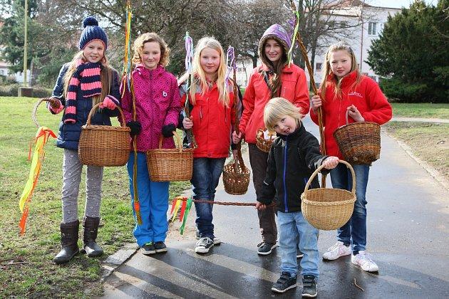 Na tradiční velikonoční koledu vyrazily v sobotu ráno  také desítky dětí z Dobříše. A pochopitelně mezi nimi nechyběla ani děvčata. Košíčky koledníků se do oběda nejen naplnily malovanými vajíčky, ale i čokoládou a dalšími sladkostmi.