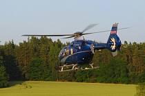 Policejní vrtulník při úterním pátrání.