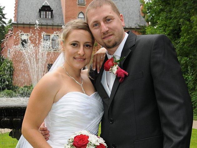 NA ZÁMEČKU v Červeném Hrádku u Sedlčan si v sobotu 21. července ve 14 hodin navlékli snubní prstýnky Klára Stejskalová a Martin Šíd.