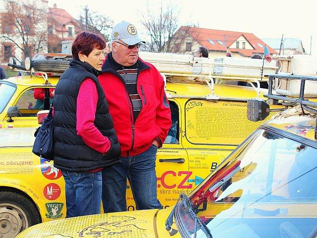 Setkání trabantistů v Kytíně před besedou cestovatele Dana Přibáně, který s trabanty projel kus světa.