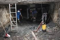 PRÁCE v podzemí před stavbou kruhového objezdu.