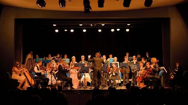 Symfonický orchestr Dalibora Havlíčka.