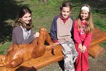 Lavičky vyřezané ze dřeva pokácených topolů v Dobříši