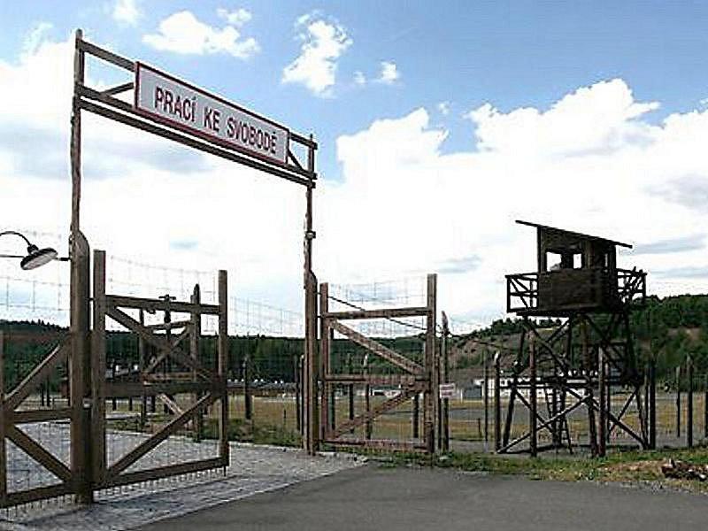 Vstupní brána do pracovního tábora Vojna u Lešetic.