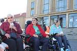 Demonstrace vozíčkářů před příbramským divadlem.