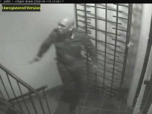 Vrah Jana Kučery Jiří Fous na videozáznamu z chodby, kde se incident odehrál