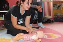 Zájemci o kurz nacvičovali např. volání záchranné služby, univerzální postup při první pomoci.