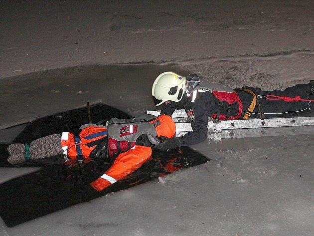 Záchrana osoby, která se propadla na ledu.
