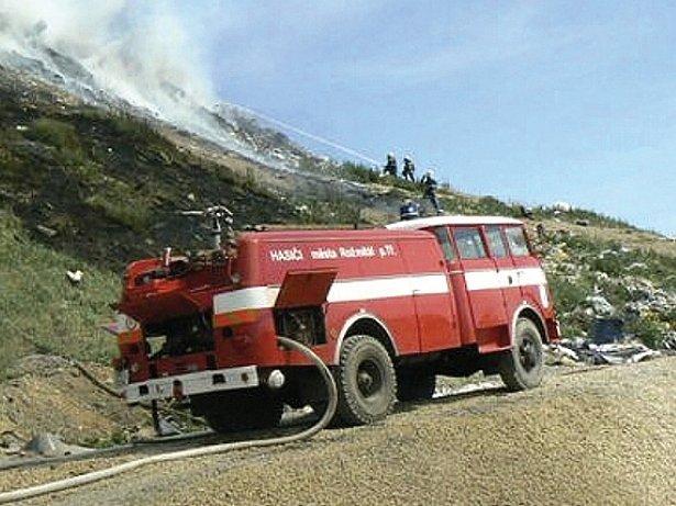 Chrástecká skládka při jednom z požárů. Výjezdy k požárům skládky nejsou ničím výjimečným.