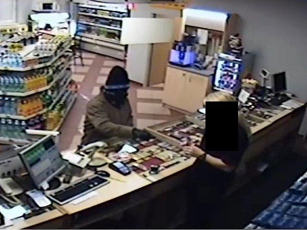 Maskovaný lupič přišel v pátek 2. prosince chvíli před devátou hodinou večerní na benzinovou čerpací stanici v Milíně.