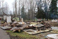 Toalety, plavčíkárna i budovy zázemí na Nováky šly k zemi.