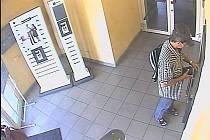 Záznam z kamery ukazuje na muže, který se podle Policie ČR dopouští nezákonné manipulace s platebním prostředkem.
