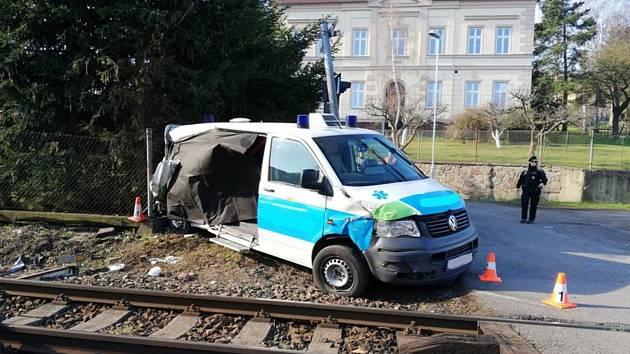 Na železničním přejezdu v Čenkově na Příbramsku se srazila 4. dubna 2019 sanitka s osobním vlakem.
