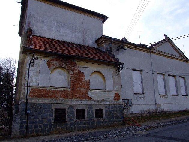 Rožmitálská sokolovna sloužila před lety jako důležité místo pro pořádání společenských akcí. Nyní je zavřená a město, které budovu koupilo, zpracovává projekt na její obnovení.