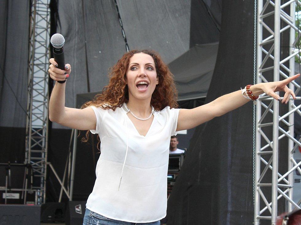Olga Lounová komunikuje se svými fanoušky.