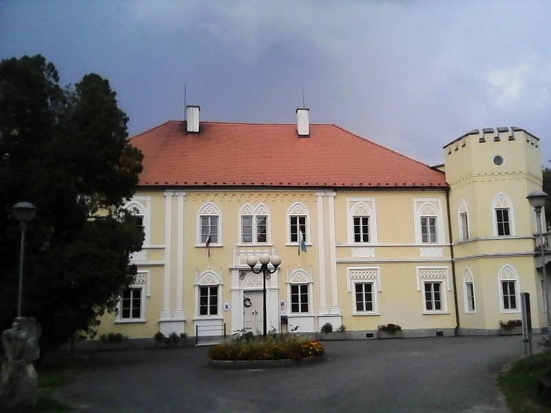 Zámek Petrovice. Původně barokní, v 19. stol. přestavěný v novogotickém slohu.