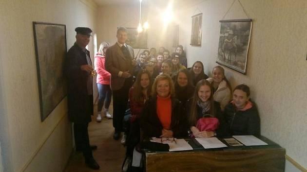Žáky ze ZŠ Školní v Příbrami přivítal v obecné škole v roli učitele herec Pavel Batěk.