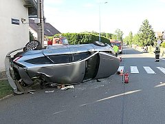 NEHODA z 30. května v Nádražní ulici v Rožmitále pod Třemšínem. Příčinou je nedání přednosti v jízdě od řidiče auta, který jel od Bezděkova. V křižovatce se pak auto srazilo s dalším osobákem  a jeden po nárazu skončil na boku.
