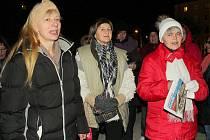Zpívání koled na náměstí 17. listopadu v Příbrami.