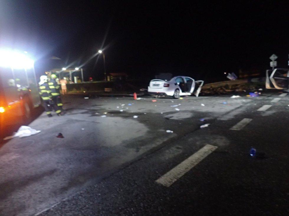 U vážné dopravní nehody u Milína zasahovaly tři vrtulníky.