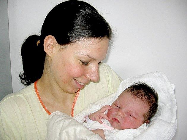 Ve středu 13. února maminka Lucie a tatínek Tomáš ze Sledovic poprvé sevřeli v náručí své první štěstíčko – dcerku Lauru Patákovou, která v ten den vážila 3,86 kg a měřila 53 cm.