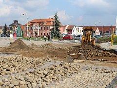 Dlouho očekávaná rekonstrukce náměstí začala.