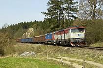 Hrochův Hrádek se nachází v bezprostřední blízkosti železniční trati.
