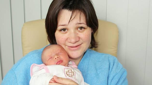 """Jiřina Nešvarová s novorozenou dcerkou Alžbětkou, kterou Nešvarovi z Tochovic """"dostali"""" k Ježíšku."""