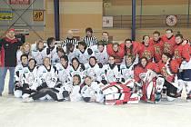 Společné foto po exhibičním zápase Stračenky - HC Esa Praha.