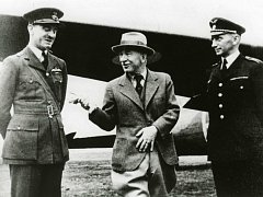 Podplukovník Karel Mareš (vpravo) při rozhovoru s prezidentem Edvardem Benešem (uprostřed).