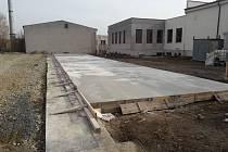 Víceúčelová sportovní hala vzniká v prostoru za Obecním domem v Petrovicích.