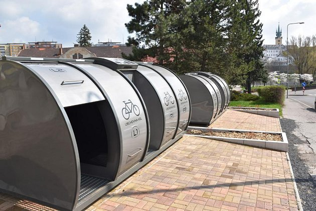 U vlakového i autobusového nádraží začaly fungovat nové cykloboxy.