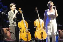 Duo zpívajících violoncellistek Tara Fuki.