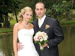 SNUBNÍ prstýnky si navlékli a na společnou cestu životem se v sobotu 31. srpna hodinu po poledni na zámku v Březnici vydali Lucie Šimánková a Lukáš Ryčl.