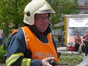 VEDOUCÍM celého taktického cvičení, který záchranné práce koordinoval, byl Milan Šerák z hasičského sboru města Sedlčany.