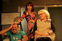 V režii Ondřeje Kepky se od 19.30 hodin představí Iva Hüttnerová, Michaela Dolinová a David Suchařípa.