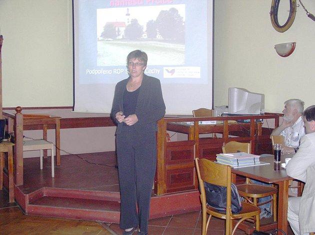 Starostka města Sedlec–Prčice Miroslava Jeřábková představující občanům projekt Revitalizace  Vítkova náměstí v Prčici.